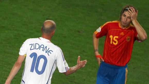 French midfielder Zinedine Zidane (L) sp