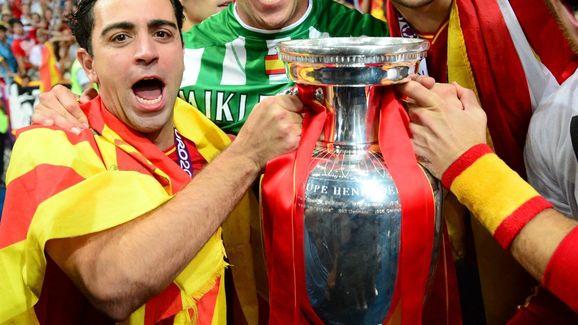 (From L) Spanish midfielder Xavi Hernand
