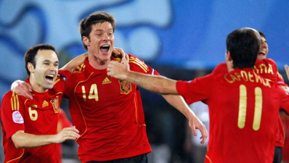 (From L) Spanish midfielders Andres Inie