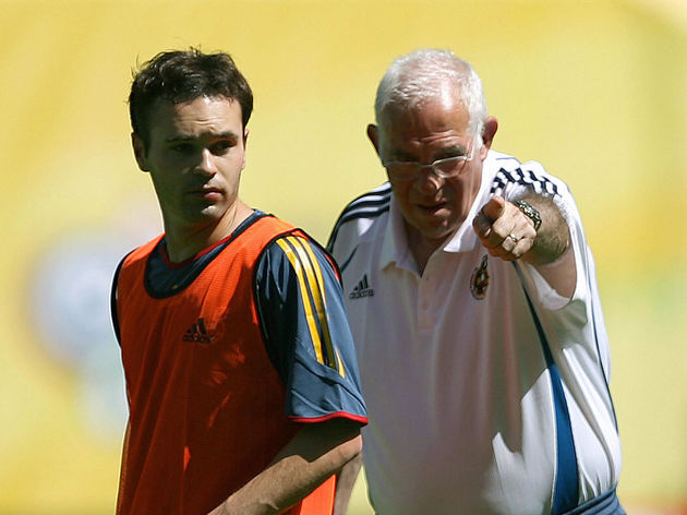 Head coach Luis Aragones (R) gives instr
