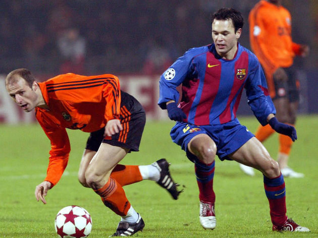 Igor Duljaj (L) of FC Shakhtar vies with