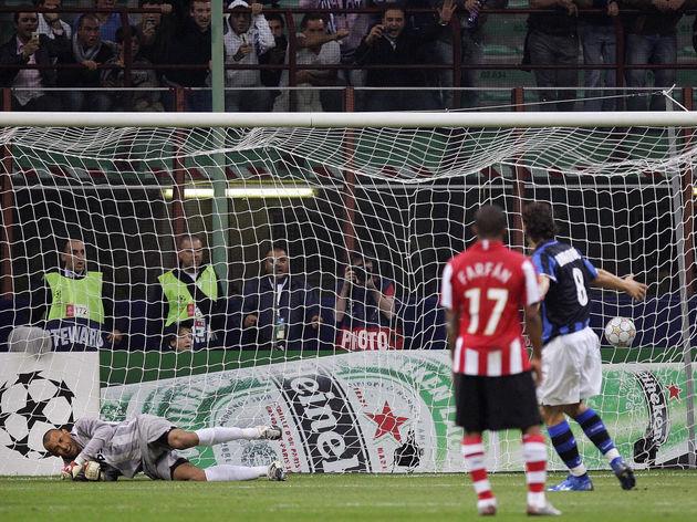 Inter Milan's Zlatan Ibrahimovic (R) sco