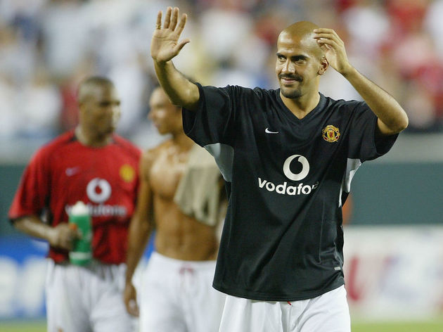 Juan Sebastian Veron of Utd waves goodbye