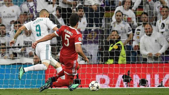Karim Benzema ghi bàn thắng giúp Real dẫn Bayern 2-1 sau sai lầm của