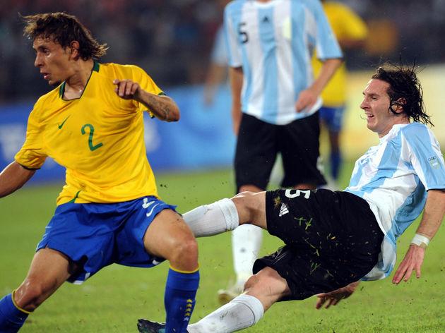 Lionel Messi of Argentina (R) shoots pas