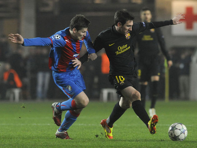 Lionel Messi of FC Barcelona (R) vies fo