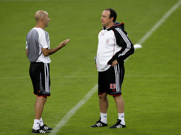 Liverpool coach Rafael Benitez (R) talks