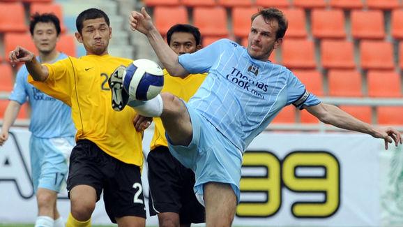 Manchester City's Dietmar Hamann (R) and