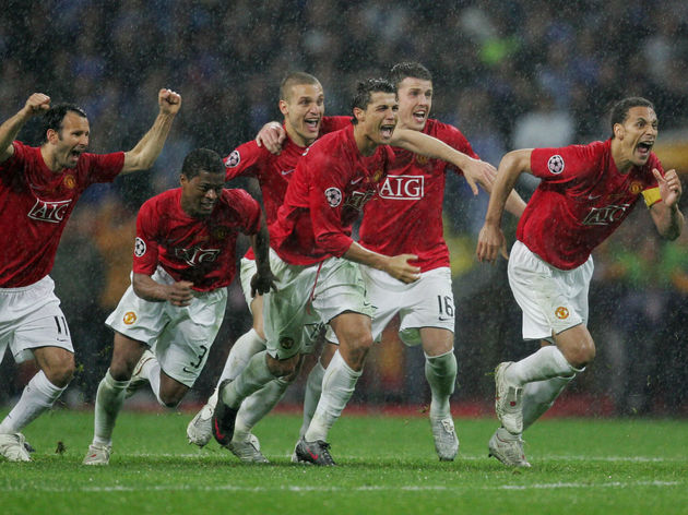 Manchester United players run to celebra