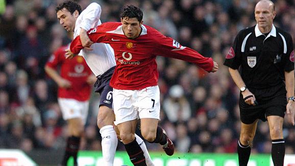 Manchester United's Cristiano Ronaldo (r