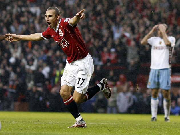 Manchester United's Henrik Larsson (L) c