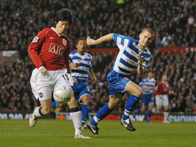 Manchester United's Ji-sung Park (L) vie...