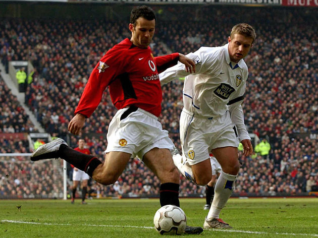 Manchester United's Ryan Giggs (L) trys