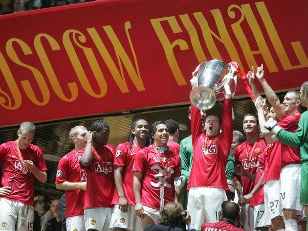 Manchester United's Wayne Rooney (R) hol