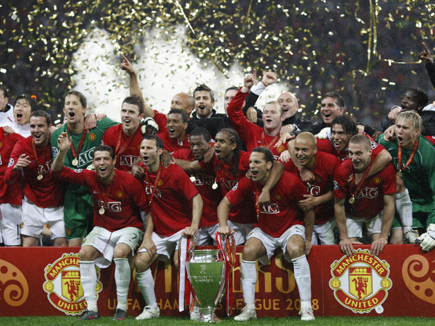 Manchester United team celebrate the tro