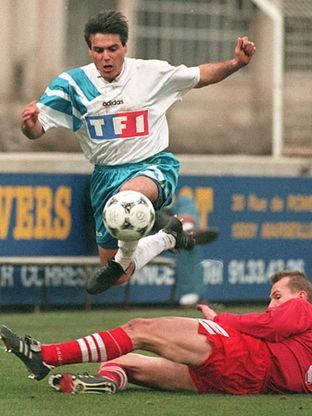 Marseille's defender Manuel Amoros (l) overtakes L