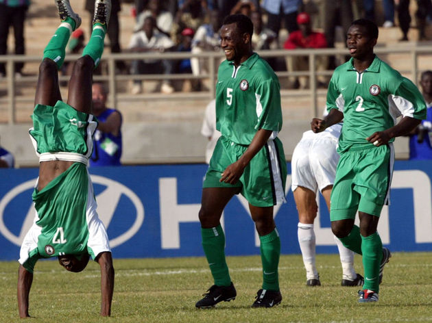 Nigerian Julius Aghahowa (L) jubilates in front of
