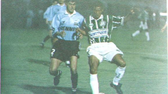 Palmeiras Muller(R) battles Gremio's Arce(L) for c