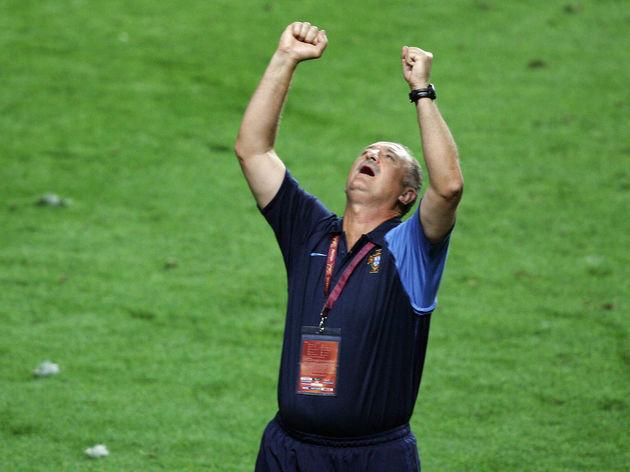 Portugal's coach Luiz Felipe Scolari loo