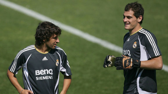 Real Madrid's captain Raul Gonzalez (L)