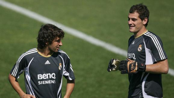 Real Madrid's captain Raul Gonzalez (L)