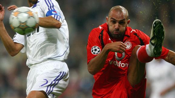 Real Madrid's Raul Gonzalez (L) fights f