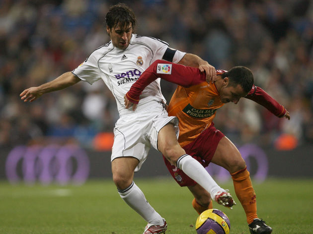 Real Madrid's Spanish forward Raul (L) v