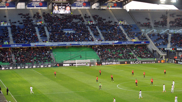 Rennes' players and Nice's players wait
