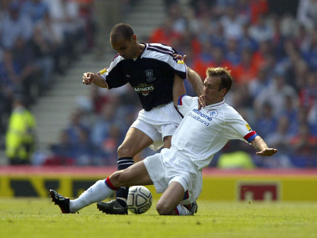 Ricksen battles with Hernandez Santos