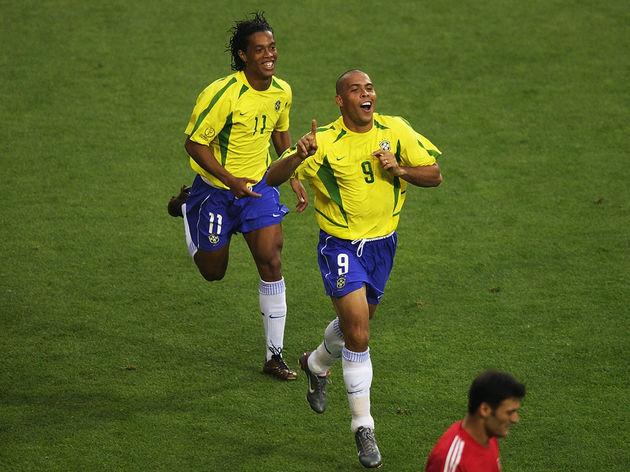 Ronaldo and Ronaldinho of Brazil celebrate