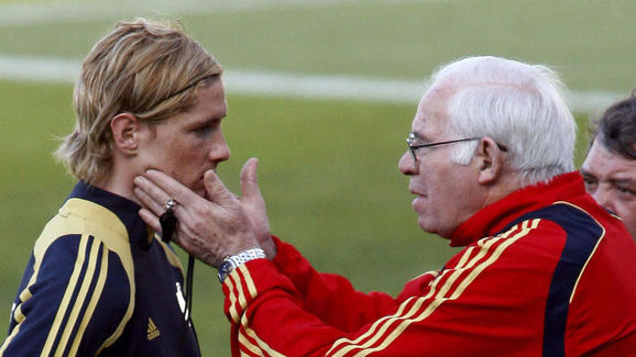 Spain's coach Luis Aragones (R) speaks w