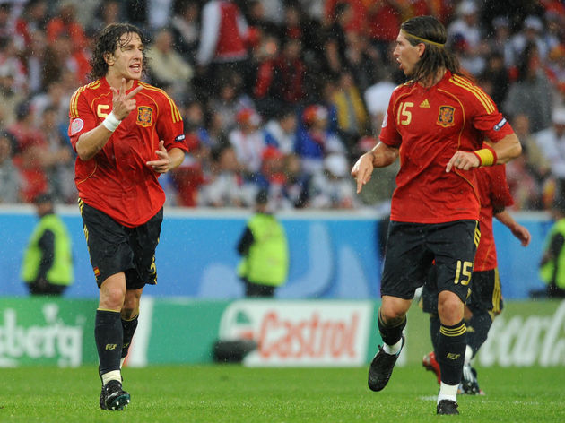 Spanish defender Carles Puyol (L) gestur