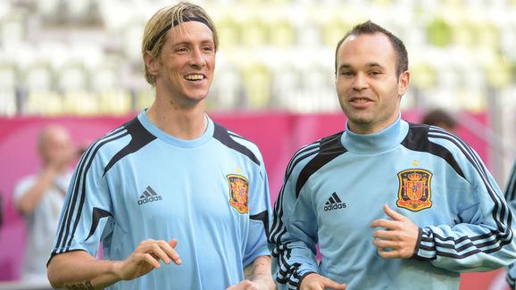 Spanish forward Fernando Torres (L), mid