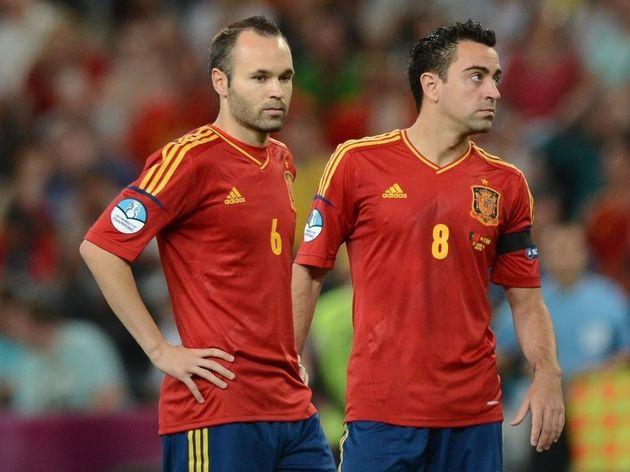 Spanish midfielders Andres Iniesta (L) a