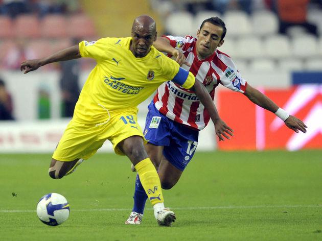 Sporting Gijon's Diego Castro (R) vies w