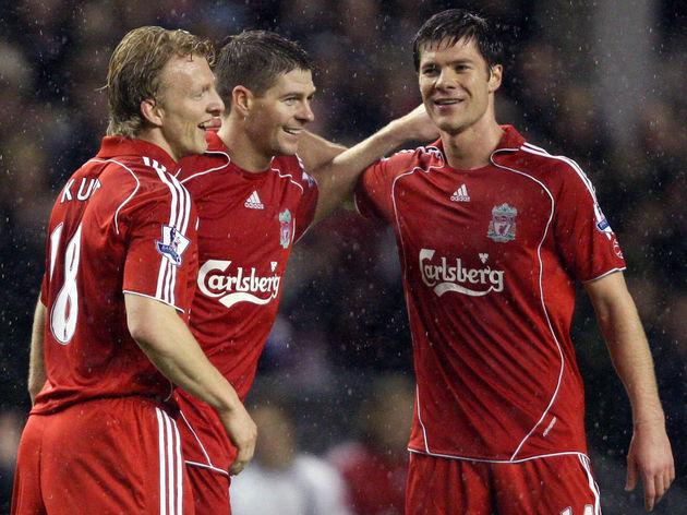 Steven Gerrard (C) of Liverpool celebrat