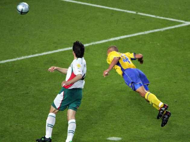 Sweden's striker Henrik Larsson (R) scor