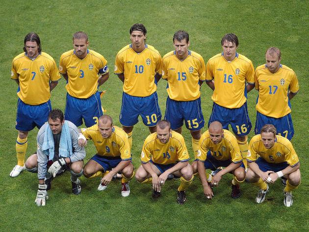 Sweden team pose, 22 June 2004 during th