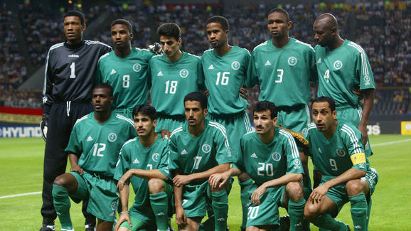 The Saudi team poses before the start of match 4 g
