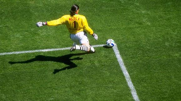 Tony Meola kicks
