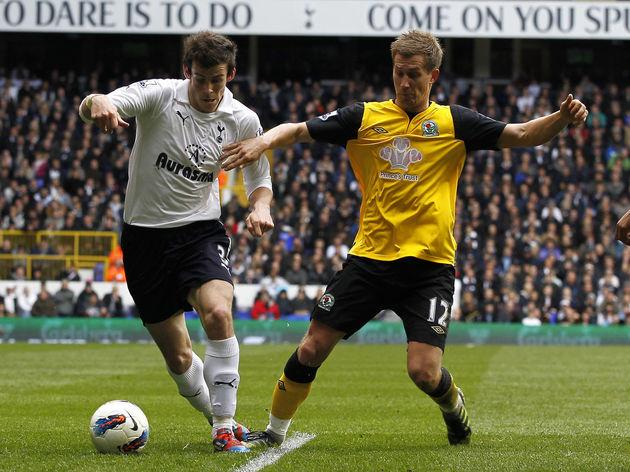 Tottenham Hotspur's Gareth Bale (L) vies