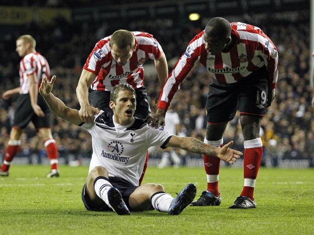 Tottenham Hotspurs' David Bentley (C, do