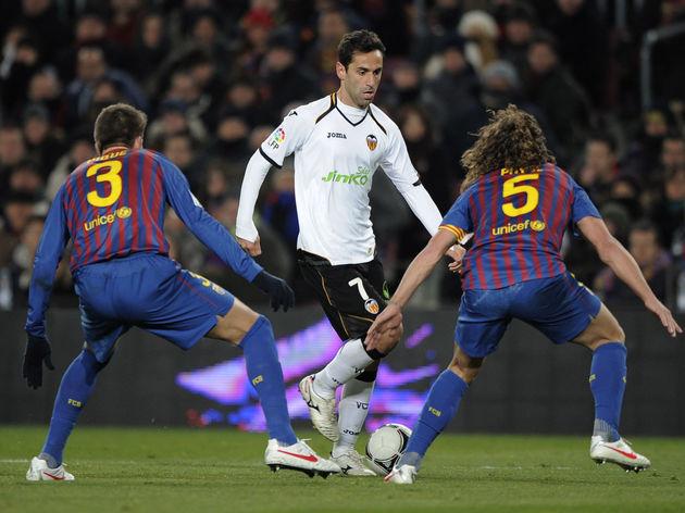 Valencia's Brazilian midfielder Jonas (C