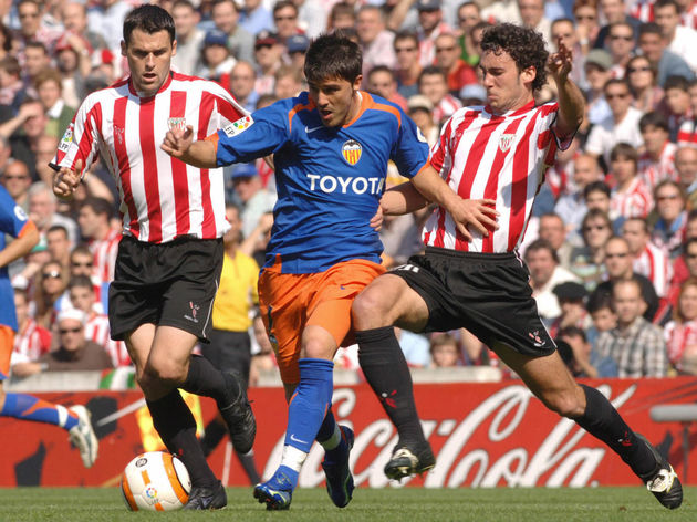 Valencia?s  David Villa (C) vies with At