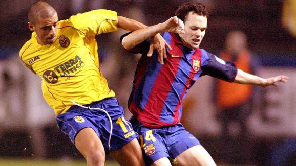 Villarreal's Jose Antonio Guayre (L) vie