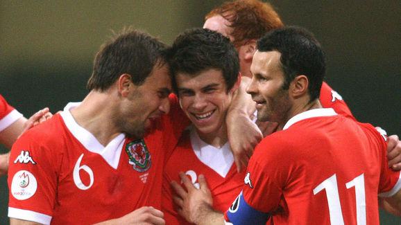 Welsh defender Gareth Bale (2L) celebrat...