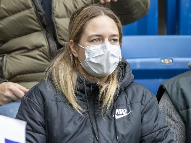 Bei Grossveranstaltung mit Mundschutz,Coronavirus,COVID-19,Menschenmenge,keine Angst
